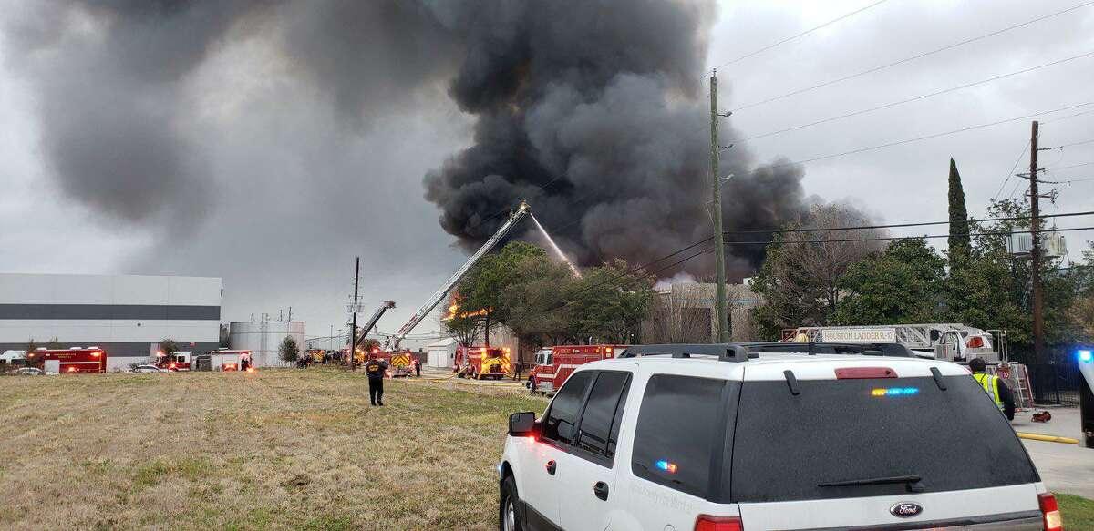 Firefighters battle large blaze in northwest Harris County