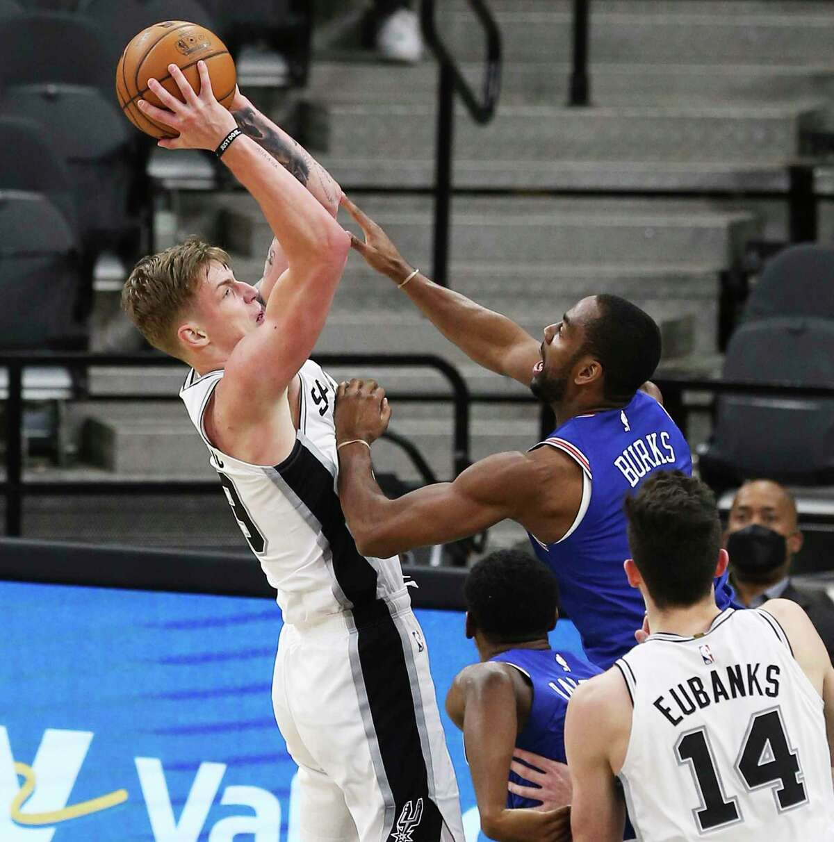 Spurs' Luka Samanic (19) scores against New York Knicks' Alec Burks (18) at the AT&T Center on Tuesday, Mar. 2, 2021.