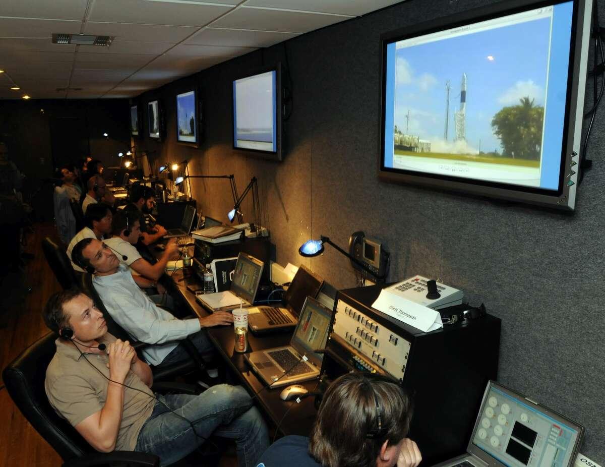 イーロンマスクは、制御室から、スペースXの初期のロケット発射を監視しています。