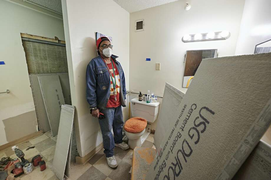Trent Tyler has lived in Gabriel Tower in Kansas City for four years. His bathroom is being renovated due to mold damage. Photo: Earl Richardson/Contributor / ? 2021 Earl Richardson / Houston Chronicle