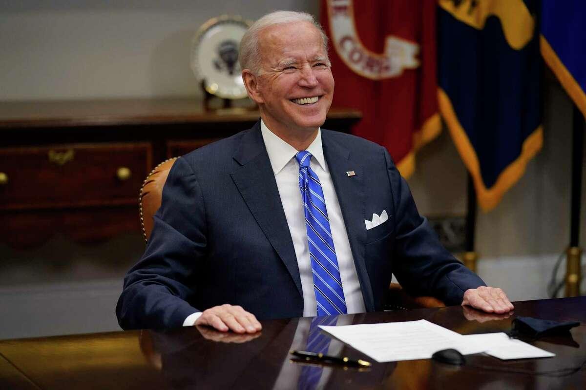 El presidente Joe Biden felicita al equipo encargado del Perseverance por el descenso sin problemas de la sonda en Marte durante una llamada virtual desde el Salón Roosevelt en la Casa Blanca, el jueves 4 de marzo de 2021, en Washington