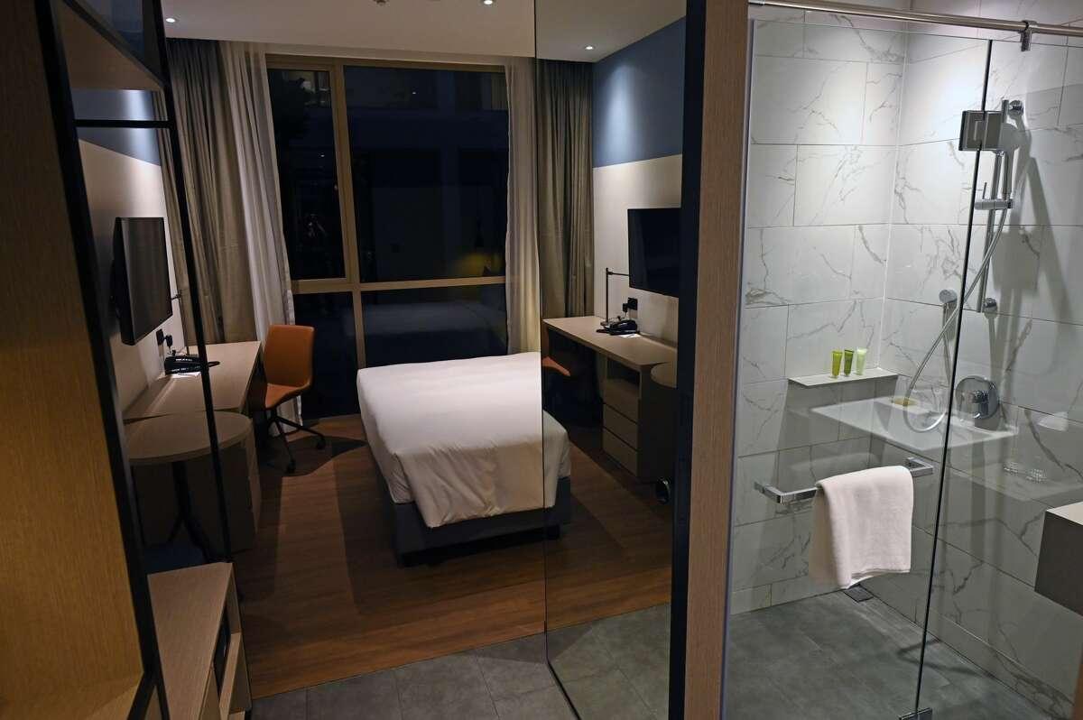 Une vue générale de la chambre Connect @ Changi annoncée comme le premier hôtel et complexe de conférences sécurisé au monde est présentée à Singapour le 18 février 2021.