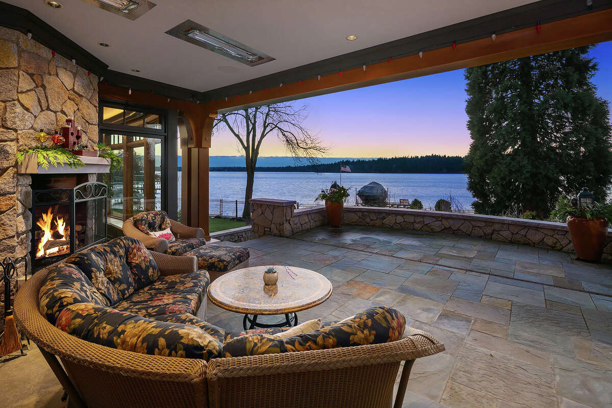 A huge patio or enclosed sun porch: you have the choice with the retracting door off the main house.