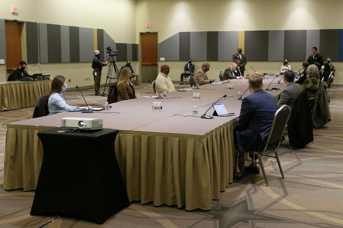 Negotiations continue between the City of San Antonio and the Police Officers Association .