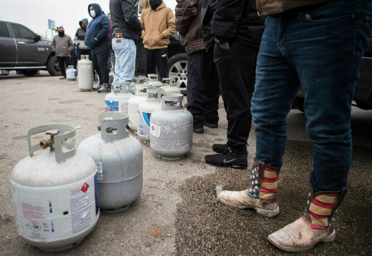 Featured image: Houstonians line up to fill their empty propane tanks during winter storm