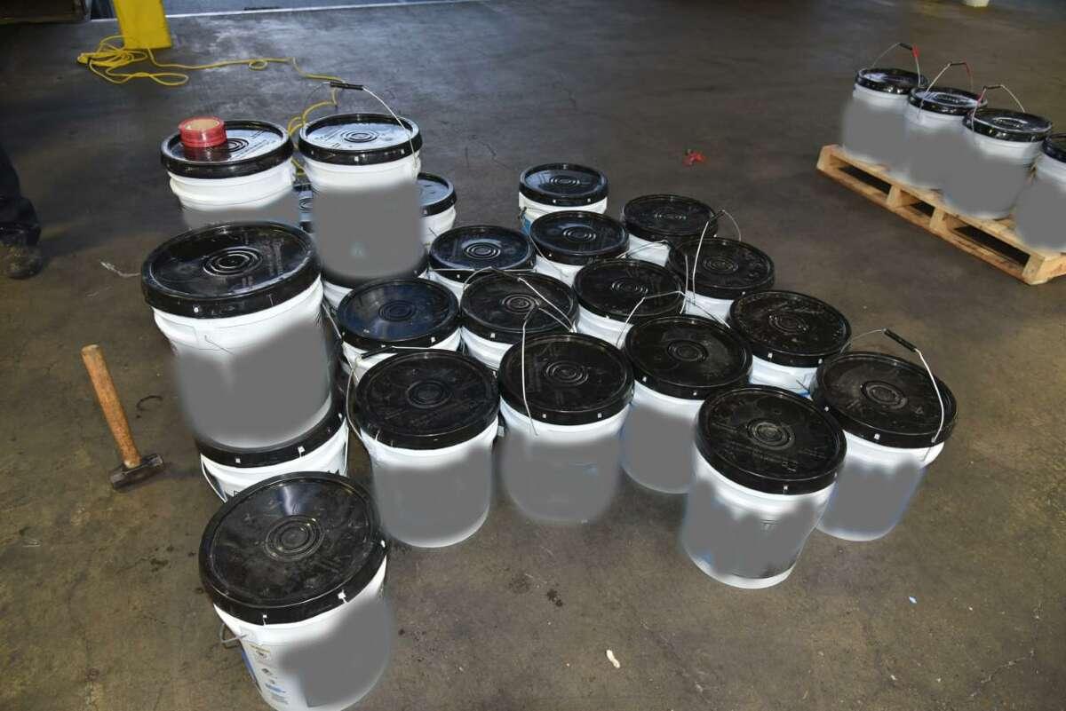 Agentes de Aduanas y Protección Fronteriza del Puerto de Entrada Laredo descubrieron 28 contenedores que contenían supuesta metanfetamina dentro de un cargamento de pintura acrílica. La droga tiene un valor de calle superior a los 24 millones de dólares.