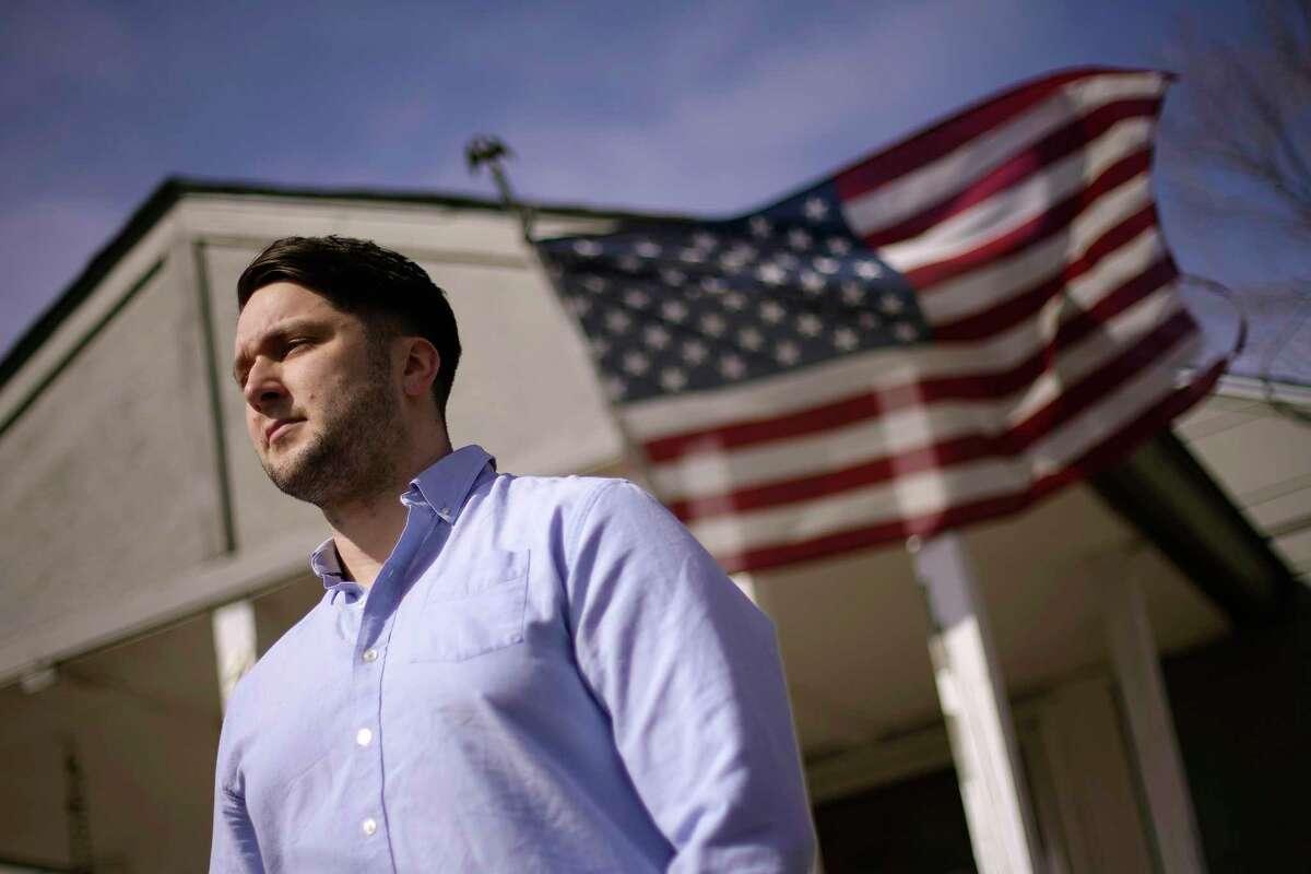 Logan DeWitt frente a su vivienda en Kansas City el 8 de marzo del 2021. Debido a que pudo trabajar desde casa, DeWitt retuvo su empleo durante la pandemia, pero su esposa perdió el suyo.
