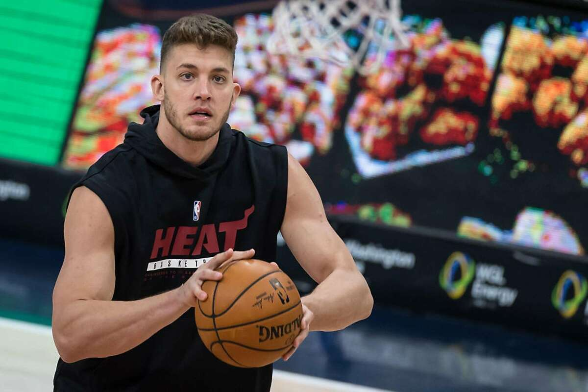 Meyers Leonard #0 of the Miami Heat warms up before the game against the Washington Wizards at Capital One Arena on January 9, 2021 in Washington, DC. (Photo by Scott Taetsch/Getty Images/TNS)