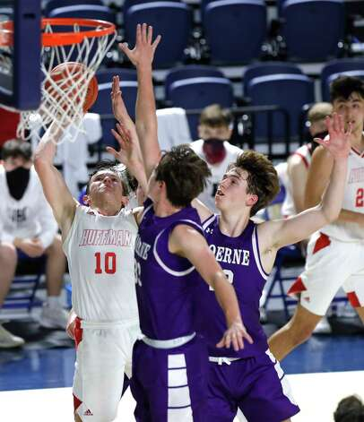 Huffman point guard Jacob Harvey (10) makes a shot past Boerne forward Devin Styles (33) and guard Luke Whidbee (12) during the third quarter of a Region III-4A state semifinal game at Delmar Fieldhouse, Tuesday, March 9, 2021, in Houston. Huffman defeated Boerne 55-49. Photo: Jason Fochtman, Staff Photographer / 2021 © Houston Chronicle