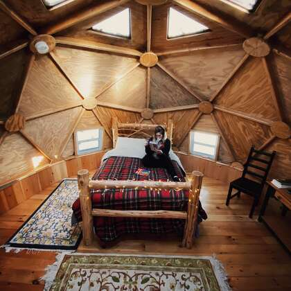 "Nicole Desanti difoto di ""kubah geodesik"" di Sun One Organic Farm di Bethlehem, Conn. pada 4 Maret 2021. Kubah ini dapat dipesan melalui Airbnb."