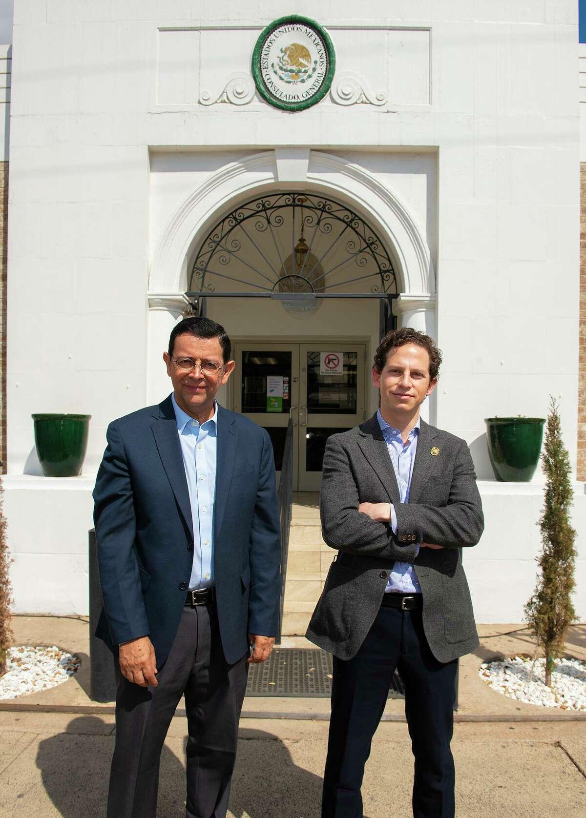 El Director General de Servicios Consulares Jaime Vásquez Bracho Torres y el Cónsul General Juan Carlos Mendoza Sánchez posan para una foto el sábado 6 de marzo de 2021 mientras el director Torres visita el Consulado General de México.