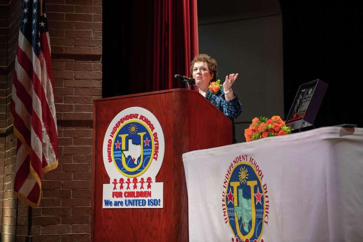 La educadora Tony Ruiz se dirige a la audiencia durante una ceremonia en su honor en el auditorio SAC, el jueves 11 de marzo de 2021.