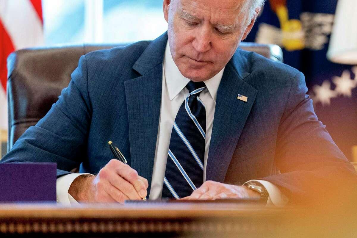 El presidente Joe Biden firma un paquete de rescate por 1,9 billones de dólares para aliviar los estragos económicos causados por el coronavirus, en la Casa Blanca, en Washington, el 11 de marzo de 2021.