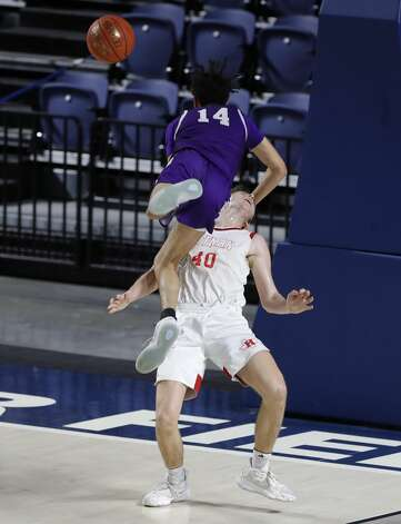 HuffmanÕs Grey Soileau (40) draws a charge against BoerneÕs Joaquin Gonzalez (14) during the third quarter of a Class 4A state semifinal game at Delmar Fieldhouse, Tuesday, March 9, 2021, in Houston. Huffman defeated Boerne 55-49. Photo: Jason Fochtman/Staff Photographer / 2021 ? Houston Chronicle