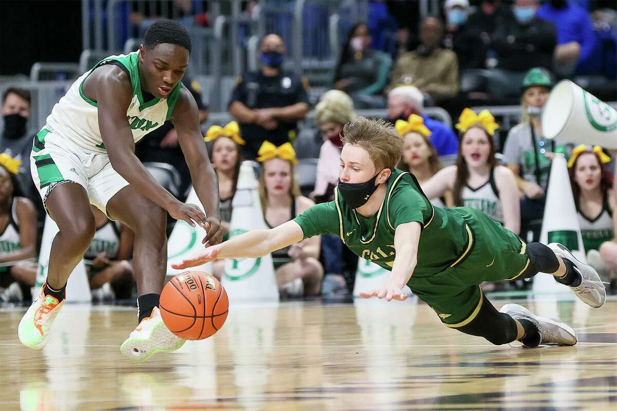 Cole's Kelby Beckstrom, right, dives for a loose ball in front of Tatum's Kendall Williams during the second half of their Class 3A boys basketball state championship game at the Alamodome on Friday, March 12, 2021. Cole beat Tatum 77-60.