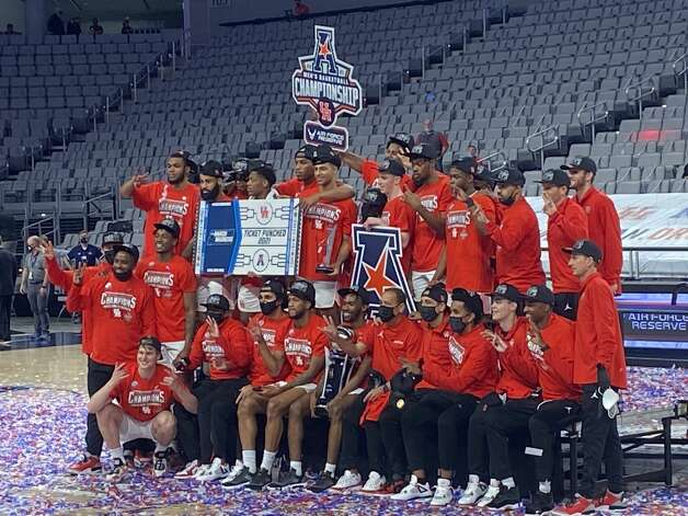 Houston celebrates its AAC championship win against Cincinnati on Sunday, March 14, 2021 in Fort Worth. Photo: Houston Chronicle/Joseph Duarte