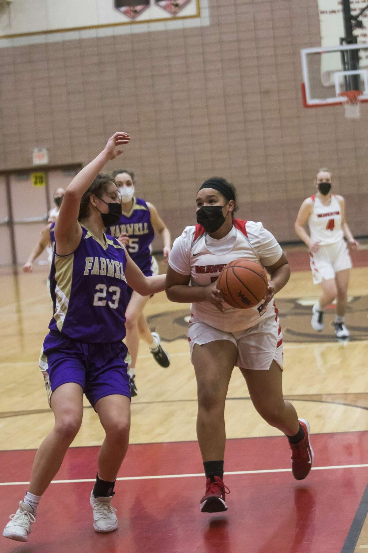 Beaverton's Leiyah Mungin dribbles toward the basket during the Beavers' game against Farwell Monday, March 15, 2021 at Beaverton High School. (Katy Kildee/kkildee@mdn.net)