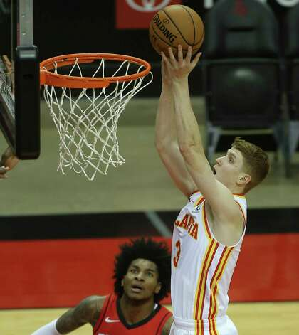 Atlanta Hawks guard Kevin Huerter (3) puts the ball into the basket durign the first quarter of the NBA game against the Houston Rockets Tuesday, March 16, 2021, at Toyota Center in Houston. Photo: Yi-Chin Lee, Staff Photographer / © 2021 Houston Chronicle