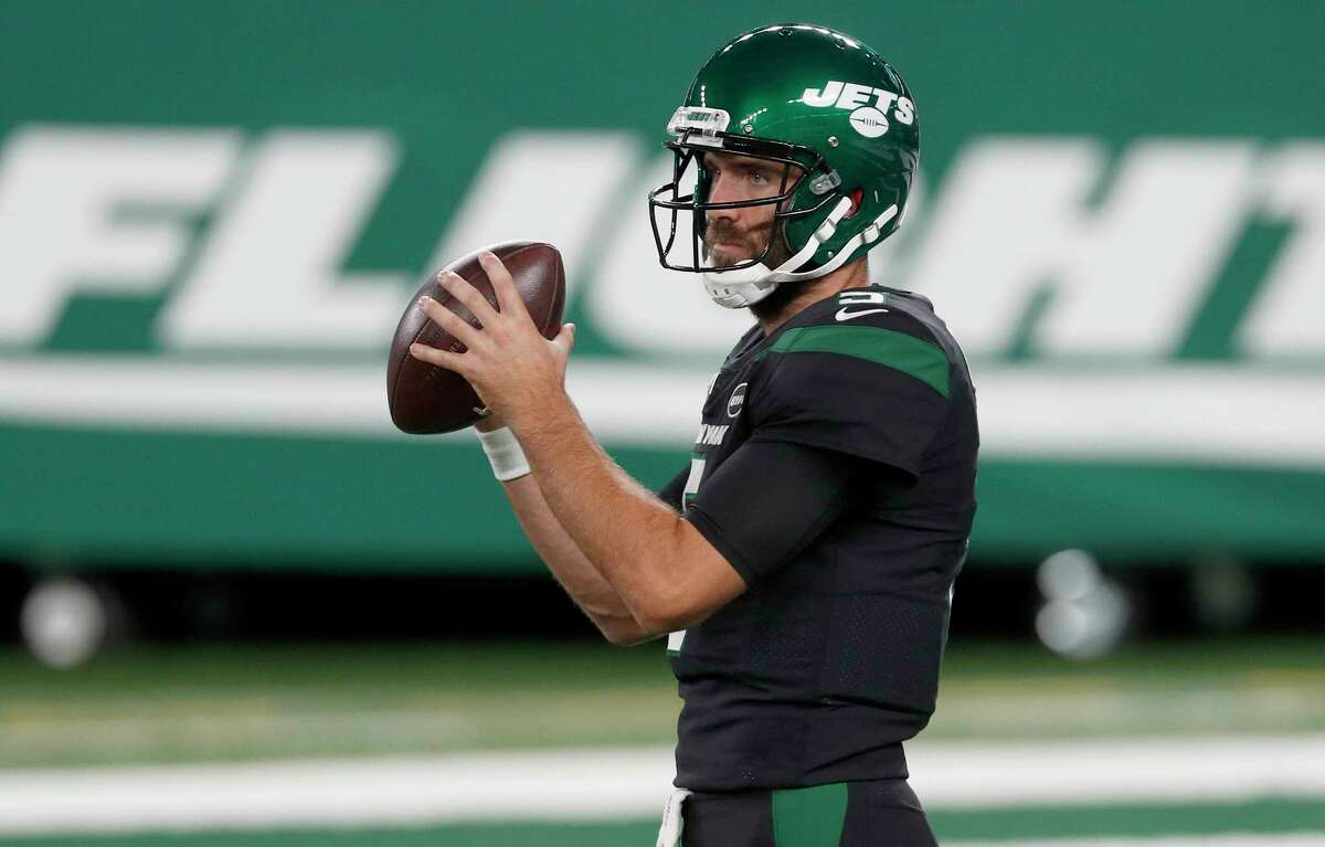 EAST RUTHERFORD, NEW JERSEY - OCTOBER 01: (NEW YORK DAILIES OUT) Joe Flacco #5 of the New York Jets warms up before a game against the Denver Broncos at MetLife Stadium on October 01, 2020 in East Rutherford, New Jersey. The Broncos defeated the Jets 37-28.