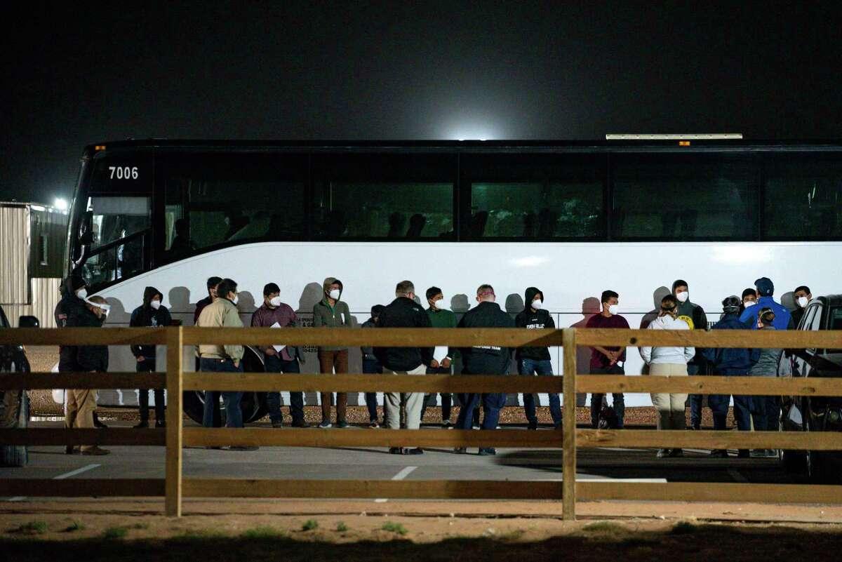 En esta foto del 14 de marzo del 2021, niños y adolescentes migrantes son procesados tras ingresar a un sitio temporal de detención al sur de Midland, Texas.