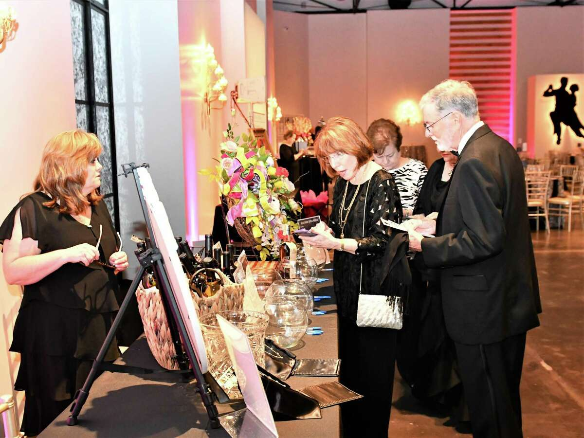 The 2021 virtual Pearls of Art Gala, benefiting the Pearl Fincher Museum of Fine Arts, offers many opportunities to support the museum, including tickets and sponsorships, a silent auction, and the chance to honor a local hero with a donation of any amount. Details are available at www.pearlmfa.org. Perusing just a few of the auction and raffle items at the 2019 gala are Linda and Tom Sparks, with assistance from Donna Mechell.