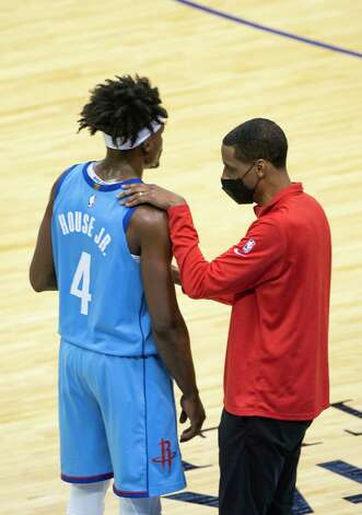 Houston Rockets head coach Stephen Silas talks with Houston Rockets forward Danuel House Jr. (4) during the third quarter of an NBA game between the Houston Rockets and Oklahoma City Thunder on Sunday, March 21, 2021, at Toyota Center in Houston, TX. Photo: Mark Mulligan, Staff Photographer / © 2021 Mark Mulligan / Houston Chronicle