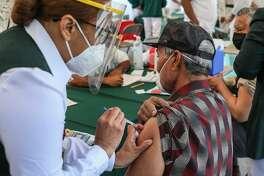 Adultos mayores fueron los primeros en recibir la vacuna en Nuevo Laredo, México. La vacunación continuará hasta el martes 23 de marzo de 2021, siguiendo un orden alfabético por apellido.