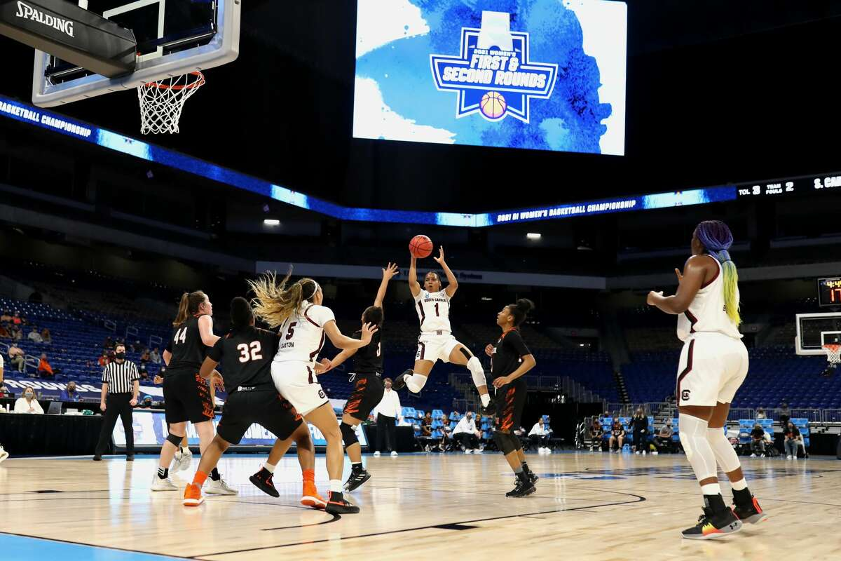 Based off a Washington Post reporter's observations, it's hard to tell that the top tier of women's college basketball is being played in San Antonio.