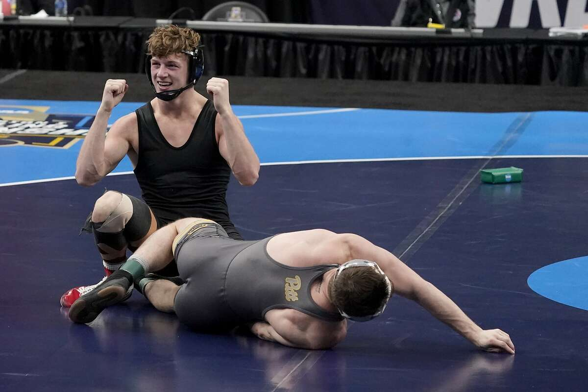 Stanford's Shane Griffith celebrates after defeating Pittsburgh's Jake Wentzel during their 165-pound NCAA final Saturday.