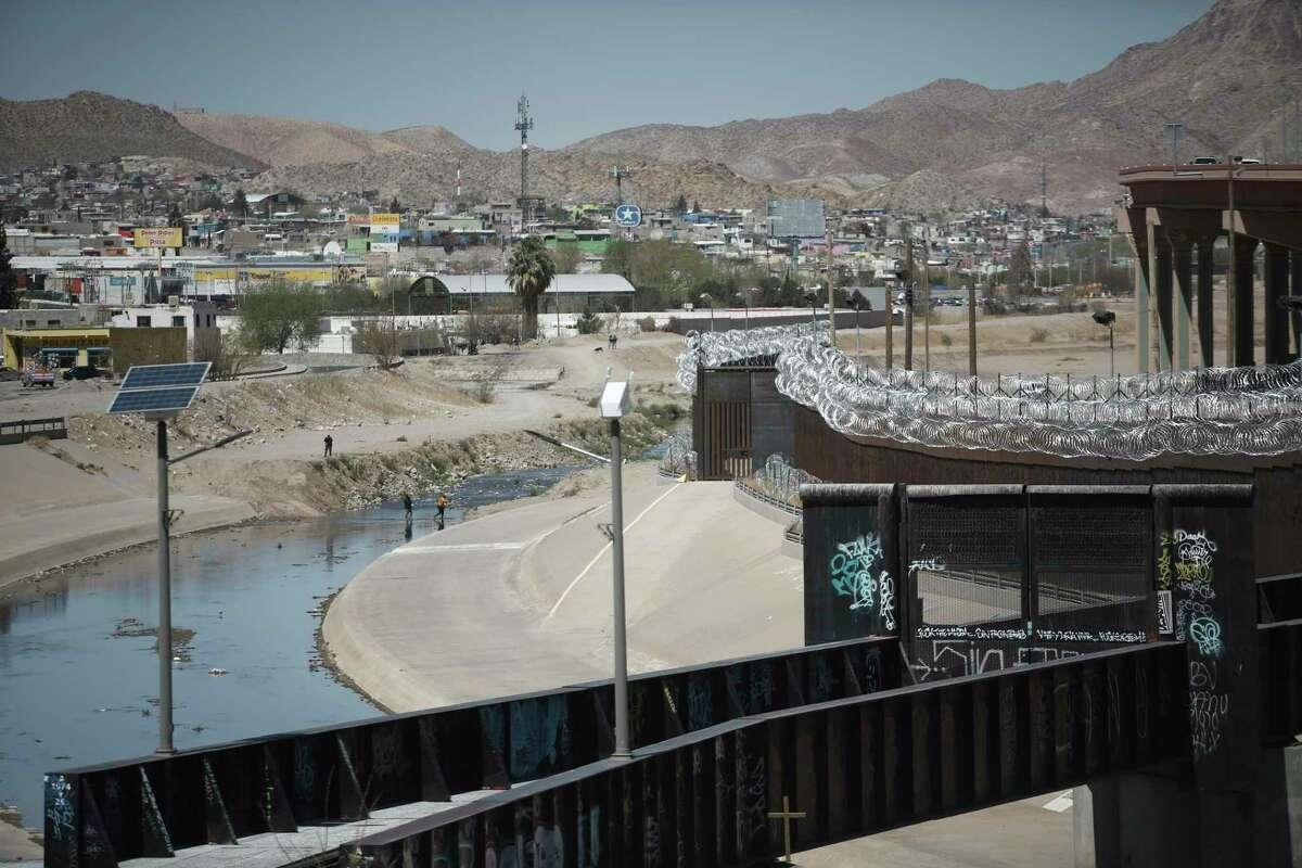 Personas cruzan el Río Bravo desde Ciudad Juárez, México, hacia El Paso, Texas, el martes 23 de marzo de 2021.