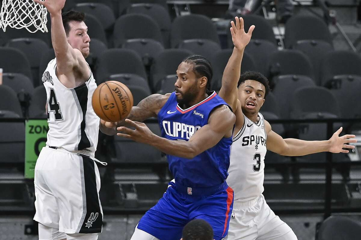 Kawhi Leonard had 25 points and seven rebounds in a victory in San Antonio. Los Angeles improved to 29-16 on the season.