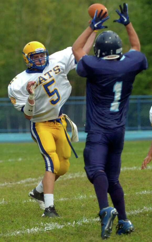 Seymour's Lukacz Grabowski throws a pass during a scrimmage against Oxford in Seymour on Thursday, September 9, 2010. Photo: Lindsay Niegelberg / Connecticut Post