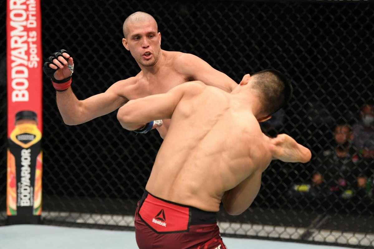 El californiano Brian Ortega impacta con una patada a Chan Sung Jung durante su victoria sobre el 'Korean Zombie' el 6 de octubre de 2020, en combate por la categoría peso pluma en el evento UFC Fight Island 6.