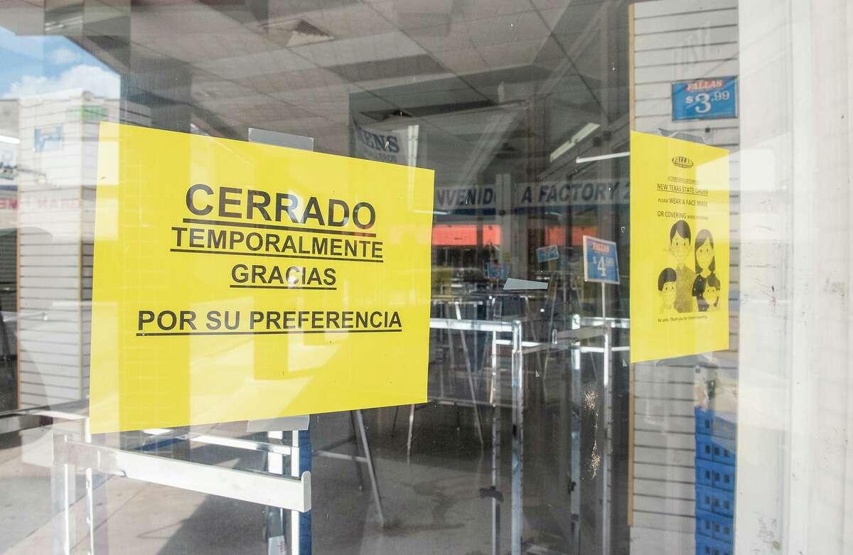 ARCHIVO- Un anuncio avisa del cierre temporal en una tienda casi vacía el jueves de agosto de 2020 en el centro de Laredo.