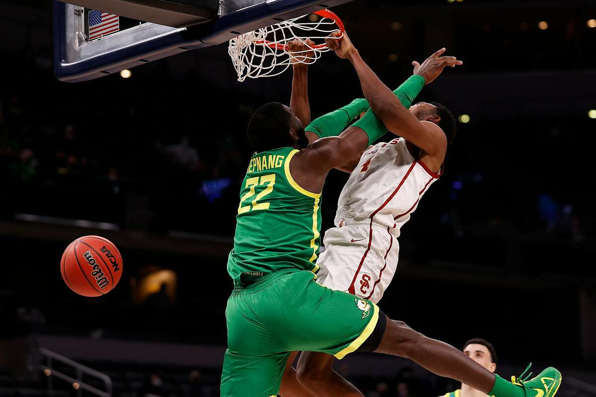 USC 7-footer Evan Mobley dunks over Franck Kepnang of the Oregon Ducks in the Sweet 16 in Indianapolis.