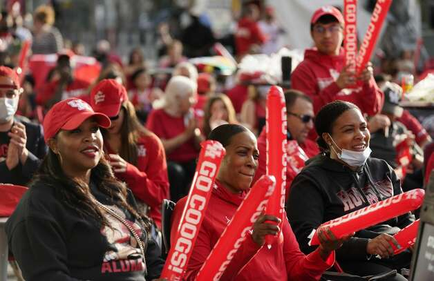 Fans watch the University of Houston game on an outdoor screen at Avenida Houston Monday, March 29, 2021 in Houston as UH played against Oregon State in the NCAA Tournament Midwest Region. Photo: Melissa Phillip/Staff Photographer / © 2021 Houston Chronicle