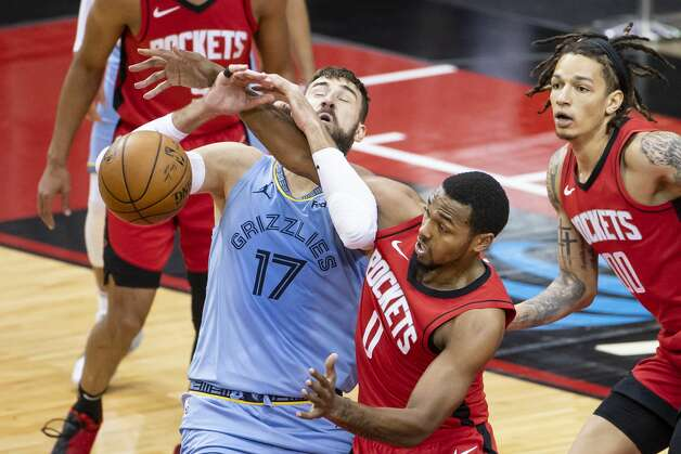 Houston Rockets forward Sterling Brown (0) defends Memphis Grizzlies center Jonas Valanciunas (17) during the second quarter of an NBA game between the Houston Rockets and the Memphis Grizzlies on Monday, March 29, 2021, at Toyota Center in Houston. Photo: Mark Mulligan/Staff Photographer / © 2021 Mark Mulligan / Houston Chronicle