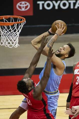 Memphis Grizzlies forward Kyle Anderson (1) shoots over Houston Rockets forward Jae'Sean Tate (8) during the fourth quarter of an NBA game between the Houston Rockets and the Memphis Grizzlies on Monday, March 29, 2021, at Toyota Center in Houston. Photo: Mark Mulligan/Staff Photographer / © 2021 Mark Mulligan / Houston Chronicle