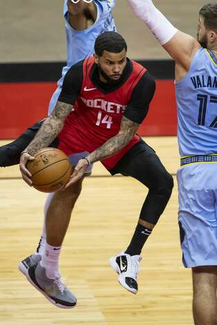 Houston Rockets guard D.J. Augustin (14) looks to pass from under the basket during the second quarter of an NBA game between the Houston Rockets and the Memphis Grizzlies on Monday, March 29, 2021, at Toyota Center in Houston. Photo: Mark Mulligan/Staff Photographer / © 2021 Mark Mulligan / Houston Chronicle