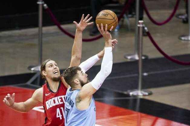 Houston Rockets forward Kelly Olynyk (41) tries to stop a shot by Memphis Grizzlies center Jonas Valanciunas (17) during the first quarter of an NBA game between the Houston Rockets and the Memphis Grizzlies on Monday, March 29, 2021, at Toyota Center in Houston. Photo: Mark Mulligan/Staff Photographer / © 2021 Mark Mulligan / Houston Chronicle