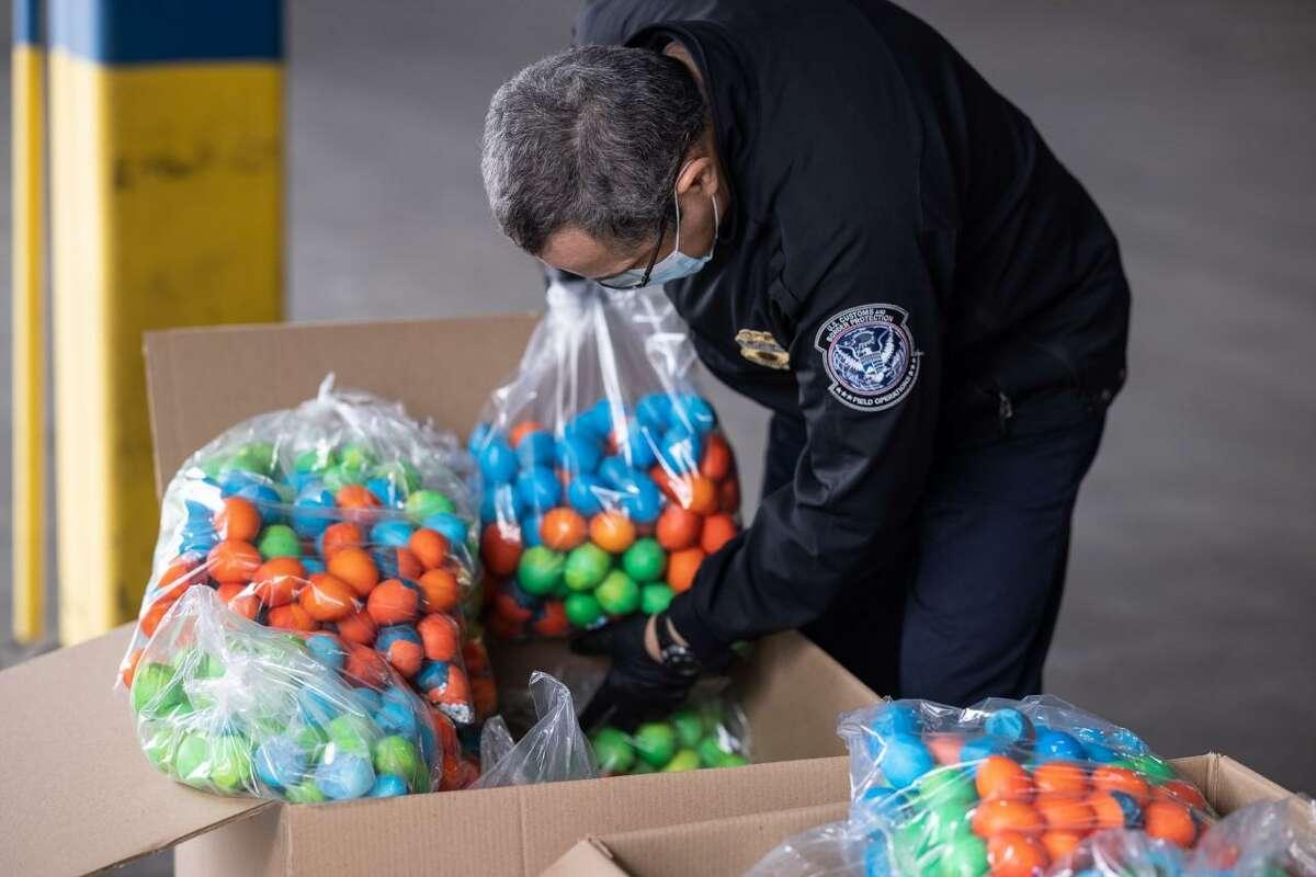Un agente de Aduanas y Protección Fronteriza (CBP) revisa un cargamento de cascarones de huevo. CBP ha emitido un comunicado sobre las regulaciones para importar cascarones de huevo, utilizados en las celebraciones por Pascua.