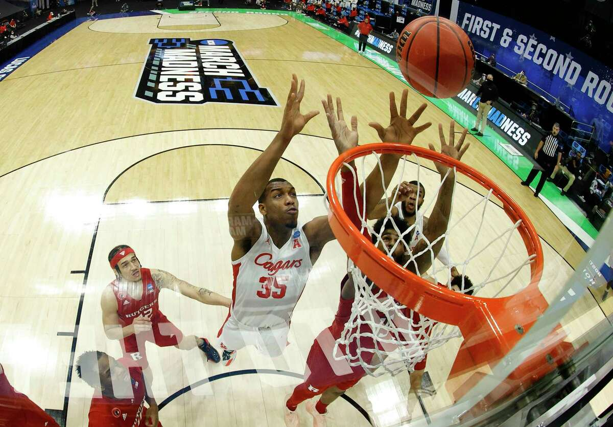 INDIANAPOLIS, INDIANA - MARCH 21: Fabian White Jr. #35 of the Houston Cougars competes for the ball with Myles Johnson #15 of the Rutgers Scarlet Knights during the first half in the second round game of the 2021 NCAA Men's Basketball Tournament at Lucas Oil Stadium on March 21, 2021 in Indianapolis, Indiana. (Photo by Jamie Squire/Getty Images)