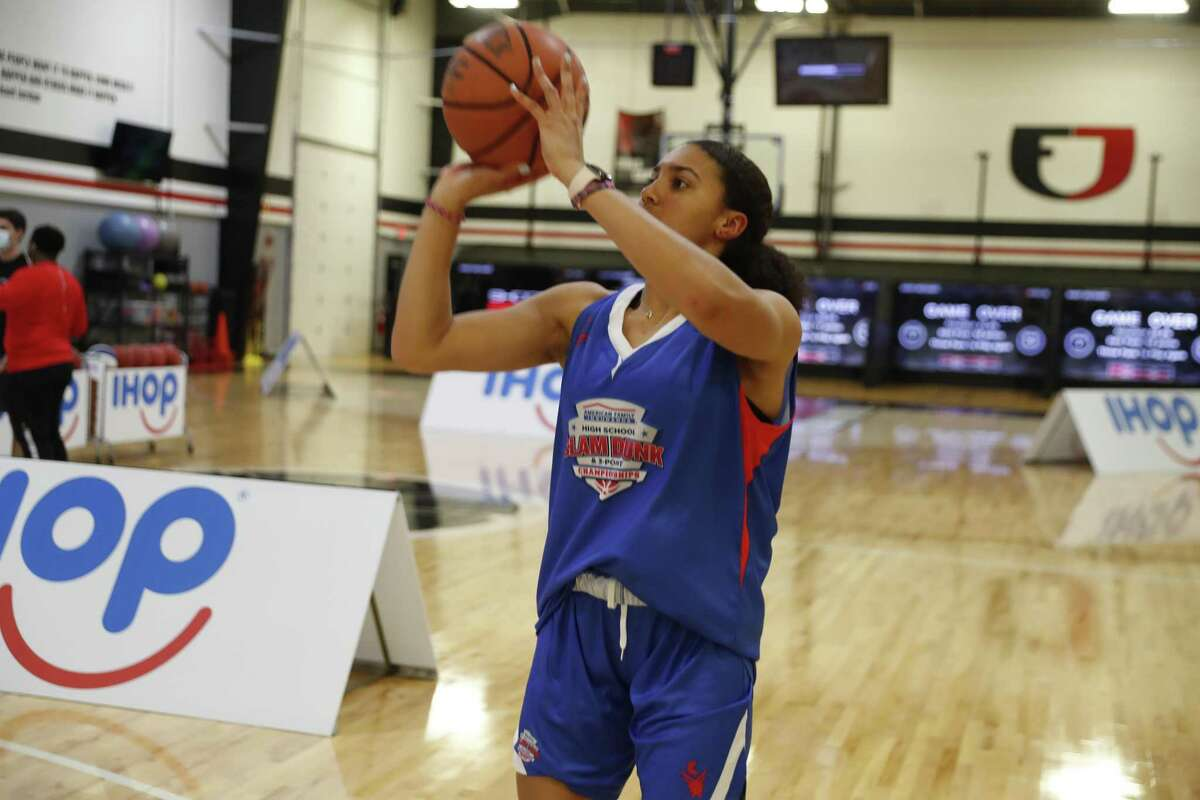 INDIANAPOLIS, IN - MARCH 30: Azzi Fudd who plans to attend UCONN takes a 3 point shot on March 30, 2021, during the American Family Insurance High School Slam Dunk & 3 Point Championships at Franklin Central High School in Indianapolis, IN. (Photo by Brian Spurlock/Icon Sportswire via Getty Images)