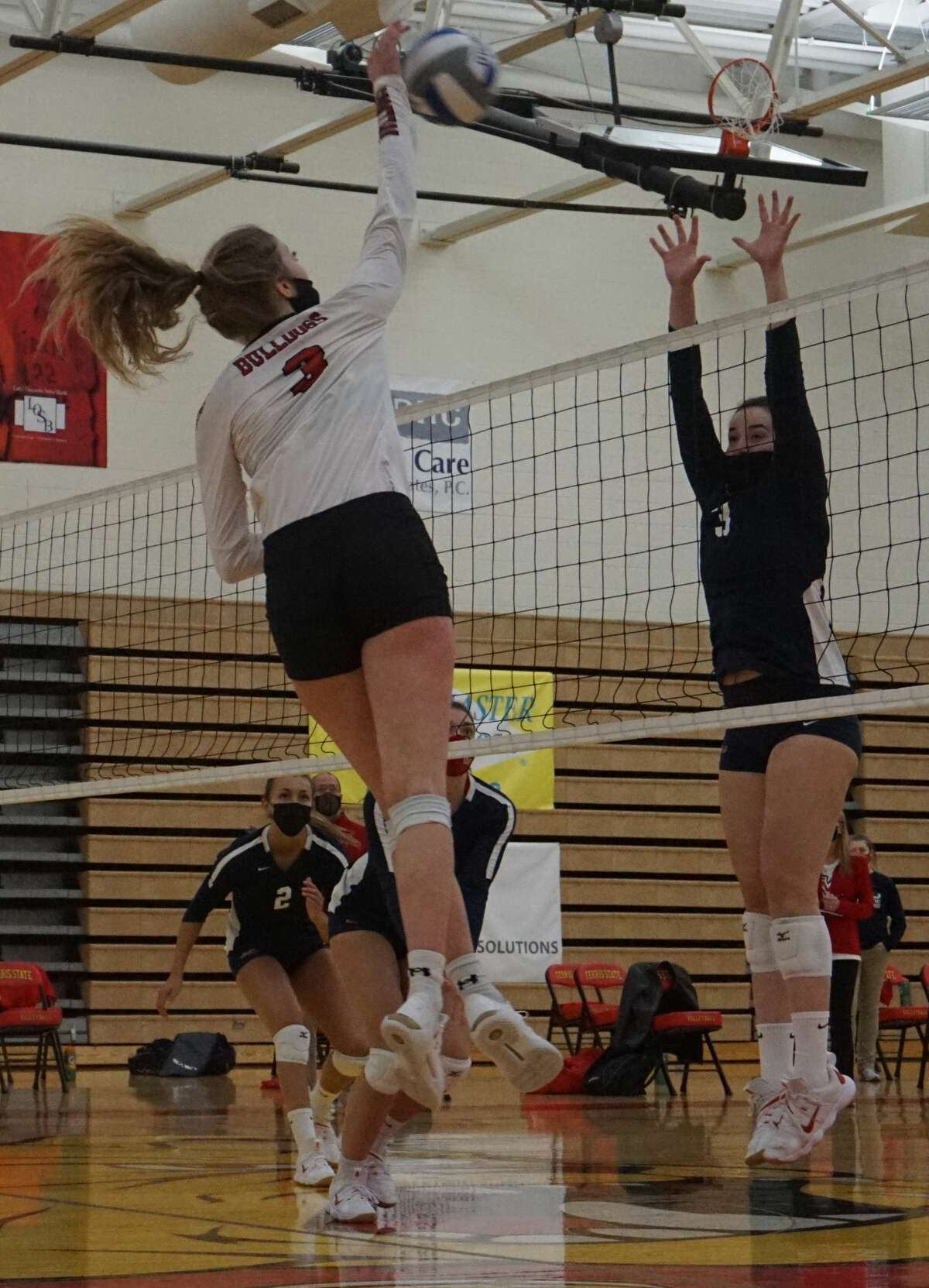 The Ferris State volleyball team continued its winning ways by sweeping the Saginaw Valley State Cardinals on Friday night at Jim Wink Arena.