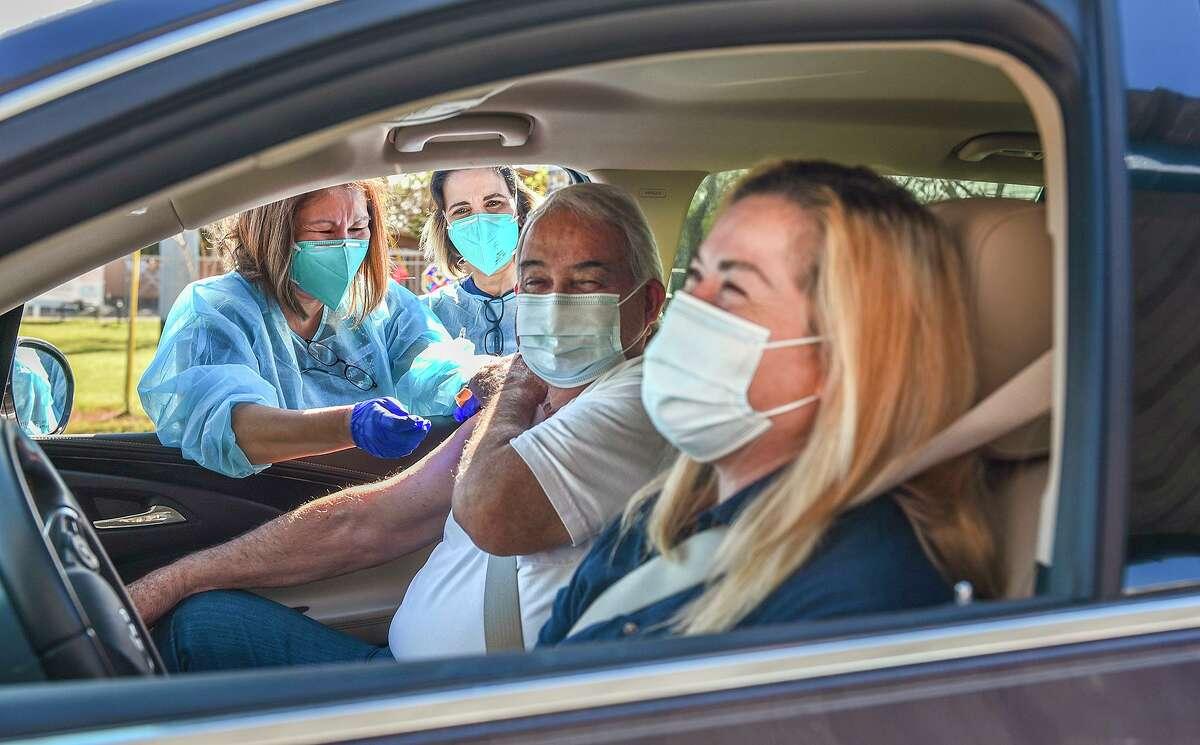 FOTO DE ARCHIVO- La enfermera titulada Elvia González vacuna a Arturo Barrerael lunes 1 de febrero de 2021 en la escuela primaria Clark durante el esfuerzo de vacunación COVID-19 de UISD.