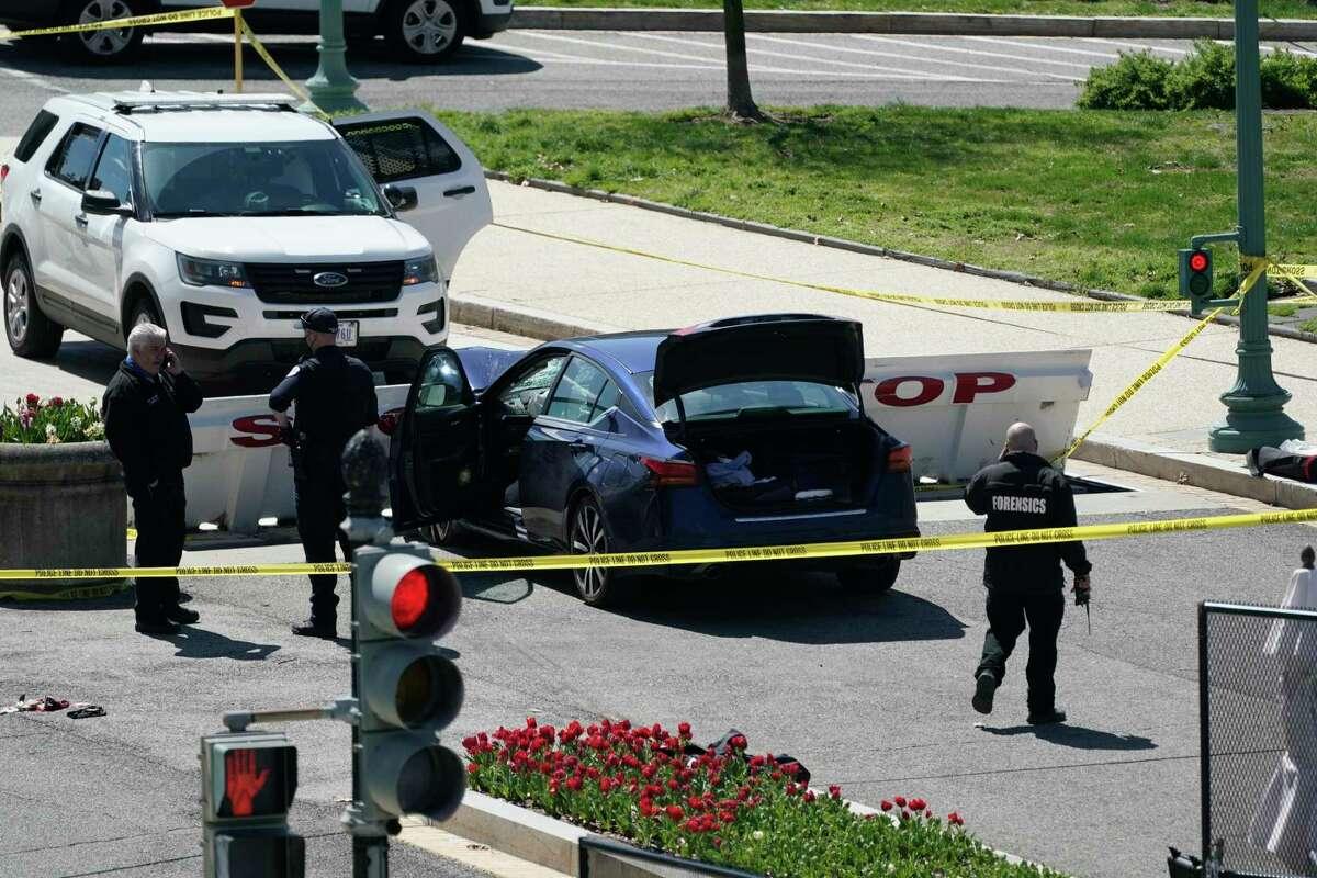 Agentes de la Policía del Capitolio de EE. UU. cerca de un automóvil que se estrelló contra una barrera en Capitol Hill en Washington, el viernes 2 de abril de 2021