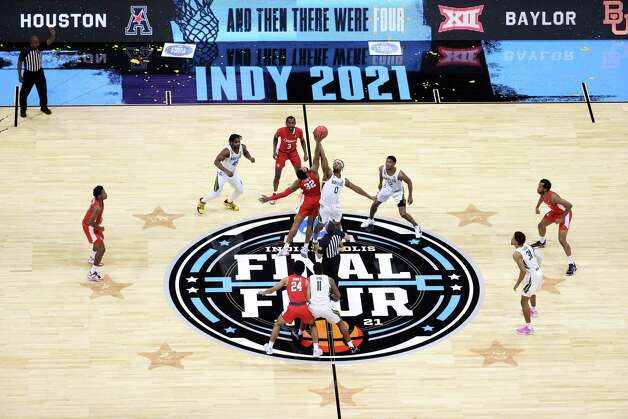 INDIANAPOLIS, INDIANA - APRIL 03: Reggie Chaney #32 of the Houston Cougars and Flo Thamba #0 of the Baylor Bears compete for the opening tip-off during the 2021 NCAA Final Four semifinal at Lucas Oil Stadium on April 03, 2021 in Indianapolis, Indiana. Photo: Andy Lyons, Getty Images / 2021 Getty Images