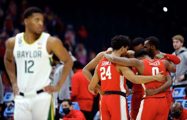 INDIANAPOLIS, INDIANA - APRIL 03: The Houston Cougars huddle on the court before the 2021 NCAA Final Four semifinal game against the Baylor Bears at Lucas Oil Stadium on April 03, 2021 in Indianapolis, Indiana. Photo: Tim Nwachukwu, Getty Images / 2021 Getty Images