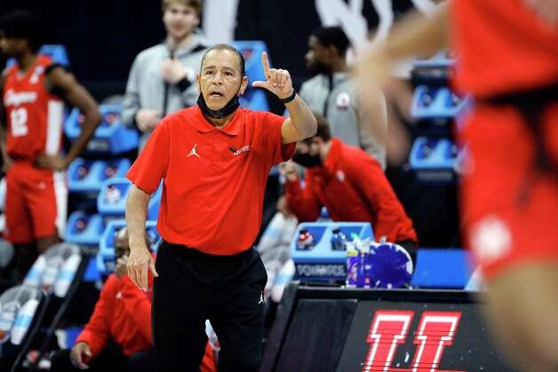 INDIANAPOLIS, INDIANA - APRIL 03: Head coach Kelvin Sampson of the Houston Cougars gestures in the first half against the Baylor Bears during the 2021 NCAA Final Four semifinal at Lucas Oil Stadium on April 03, 2021 in Indianapolis, Indiana. Photo: Tim Nwachukwu, Getty Images / 2021 Getty Images