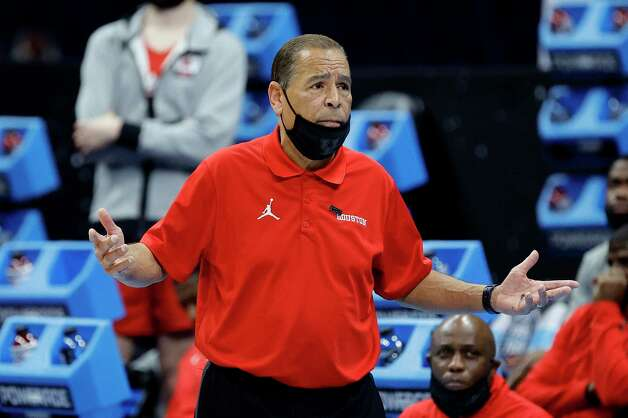 INDIANAPOLIS, INDIANA - APRIL 03: Head coach Kelvin Sampson of the Houston Cougars reacts in the first half against the Baylor Bears during the 2021 NCAA Final Four semifinal at Lucas Oil Stadium on April 03, 2021 in Indianapolis, Indiana. Photo: Tim Nwachukwu, Getty Images / 2021 Getty Images